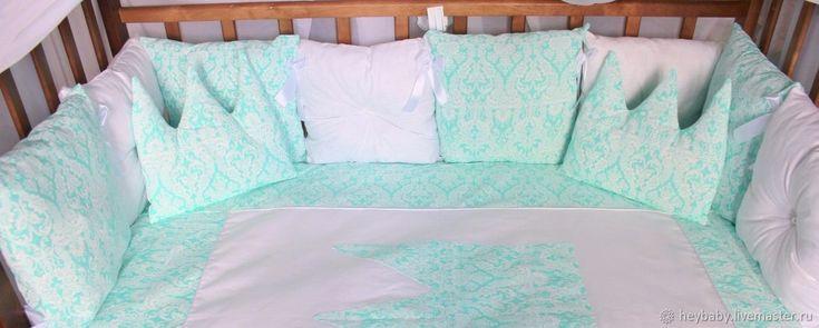 Купить или заказать Бортики в детскую кроватку комплект+одеяло+простынь в интернет магазине на Ярмарке Мастеров. С доставкой по России и СНГ. Срок изготовления: 5-7 рабочих дней. Материалы: хлопок, холофайбер. Размер: 8 простых бортиков 30*30<br /> одеяло…