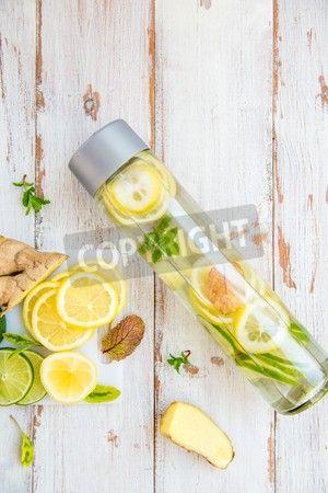 レモン、ライム、ジンジャー、ミント スポーツ ボトル、レモン、ジンジャー、近くにライムのカット部分に注入された水をデトックスします。