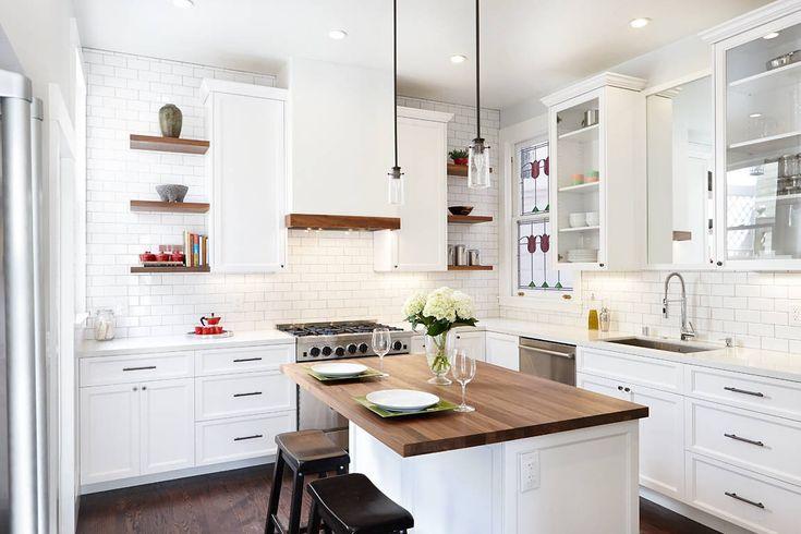 Белая угловая кухня и островной элемент стол в современном стиле