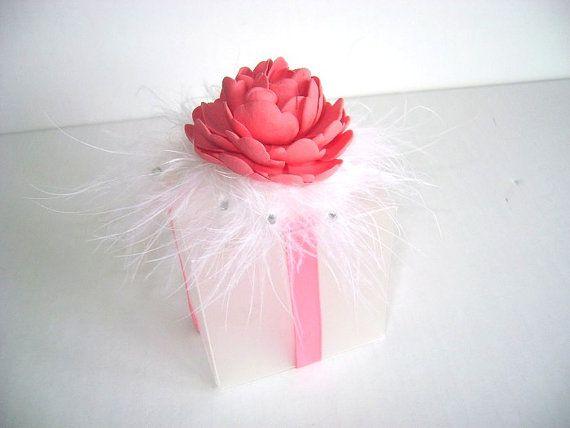 Questa scatola trasparente satinata misura 2 1/4 pollici ed è stata progettata con il nastro rosa corallo e una peonia in argilla. Il maribou intorno la peonia è progettato con cristalli. Può essere utilizzato come contenitore di regalo o bomboniera per matrimoni e docce. Il prezzo di quotazione è per 10 di queste scatole. Se avete domande o desiderate ordinare lelemento in un altro colore, si prega di contattare me.  Potete trovare altri miei disegni per favore box nella mia sezione shop…
