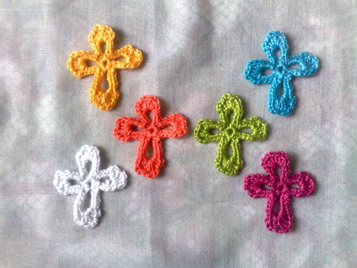 Bunte Kreuze Aufnäher, 6 kleine gehäkelte Applikationen in den Farben weiß, gelb, blau, orange, kirschrot und grün von HaekelshopSetervika auf Etsy