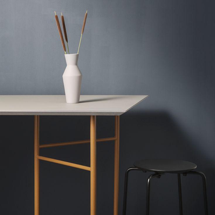 Mingle bordpladerne kan kombineres med tilsvarende bukke i en af de seks udvalgte farver for at skabe et moderne spise- eller skrivebord med perfekte proportioner.