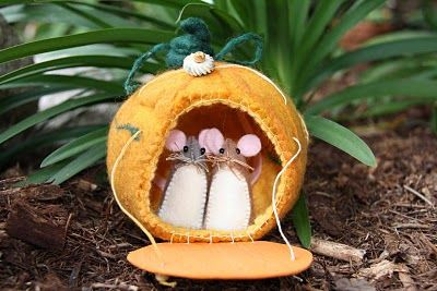 Felt Mouse Tutorial...no tut for the little pumpkin but I have GOT to try and make this whole thing for an Autumn/Halloween decor item!!!  SOooooo cute!