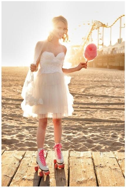 Hoe vintage wil je het hebben! Een bruid in een korte trouwjurk, op rolschaatsen met suikerspin! Zeker weten een leuke bruiloft!