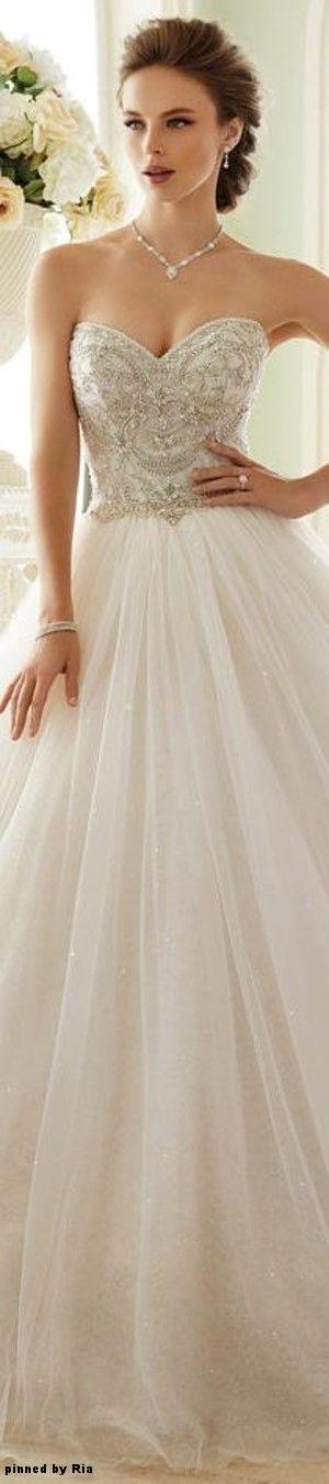 O rico bordado no corpete, e a amplidão da saia, fazem desse vestido uma peça encantadora!