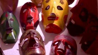 Assustadoras, misteriosas e fascinantes são as máscaras que andam à solta no Inverno transmontano. A tradição tem raízes milenares e transforma pacatos rapazes em diabos, chocalheiros, zangarrões e caretos. Do Natal ao Carnaval, esta festa é muito nossa.