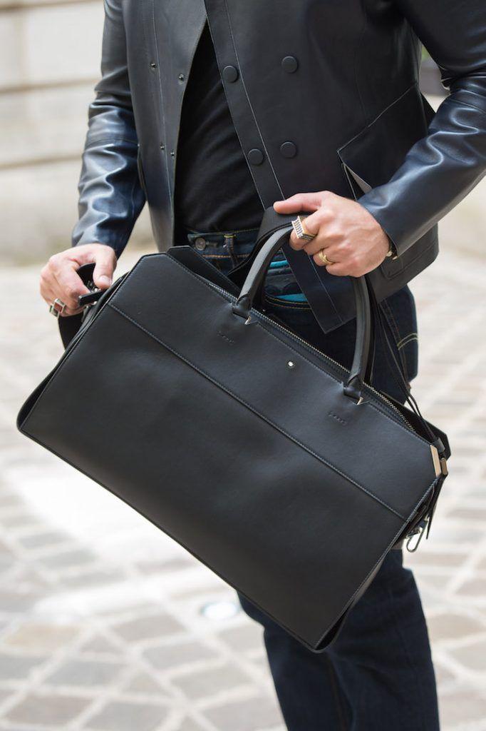 Bolsa para homens de couro da Montblanc, em look de Kadu Dantas all black.