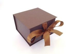 Коробка подарочная 120*115*70 коричневая из Stardream с откидной крышкой на ленте.