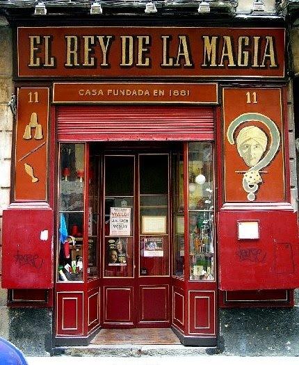 El Rey de la Magia... Una tienda con solera, de ilusionismo y de teatro, que es también museo y escuela.