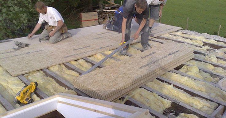 Como realizar a troca de um telhado. Um telhado adequado é uma parte crítica de qualquer casa. Ele protege o interior da casa, das condições do clima, fornece suporte estrutural de ligação e até mesmo se junta com a ventilação da casa, para oferecer aquecimento e arrefecimento. Tão importante quanto um telhado é, muitas pessoas não consideram a sua importância até que haja algum ...