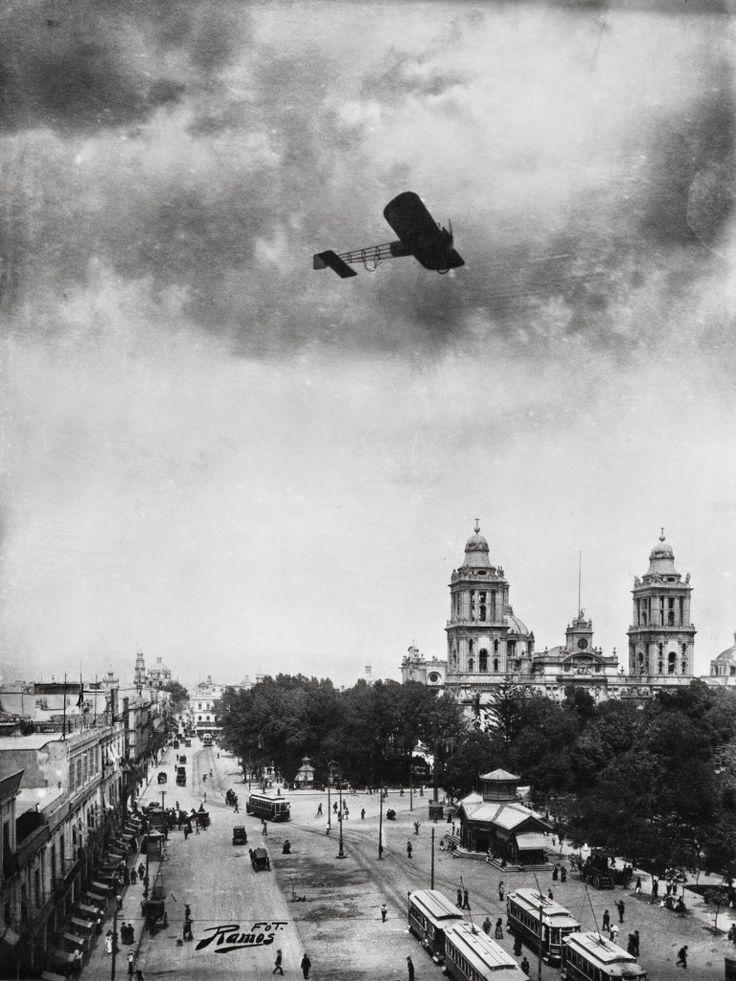Paso del aviador frances Roland Garros sobre el Zócalo de la Ciudad de México en 1911, como parte de una exhibición demostrativa del vuelo de un avión monomotor.  Foto de Manuel Ramos.
