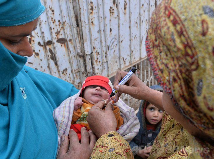 パキスタン・イスラマバード(Islamabad)郊外で新生児にポリオワクチンを接種した後、指にマークをつける医療従事者(2014年1月22日撮影、資料写真)。(c)AFP/Aamir QURESHI ▼26Feb2014AFP 年間100万人の新生児が生後24時間以内に死亡、報告書 http://www.afpbb.com/articles/-/3009353 #Pakistan #Islamabad #Poliomyelitis #Polio #Poliovaccine