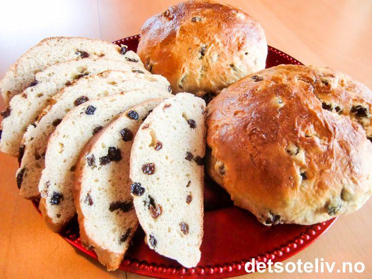 """""""Ambrosia"""" (fra """"ambrosios"""" som betyr udødelig) er navnet på gudenes mat i henhold til gresk mytologi. Ambrosia var søt nektar som skulle sikre gudene evig friskhet og ungdommelig skjønnhet! """"Ambrosiabrød"""" er mest kjent i Stavanger og omegn, men er så fantastisk gode at alle burde lære seg oppskriften! Kakene ligner på """"Hvetekake med rosiner"""" eller """"Julekake"""" - men lages litt mindre og søtere og blir enda mye mykere. Anbefales på det sterkeste! Oppskriften gir 8 stk."""