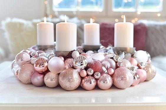 ein adventskranz aus weihnachtskugeln ist ganz einfach selbst gemacht wir zeigen wie es geht