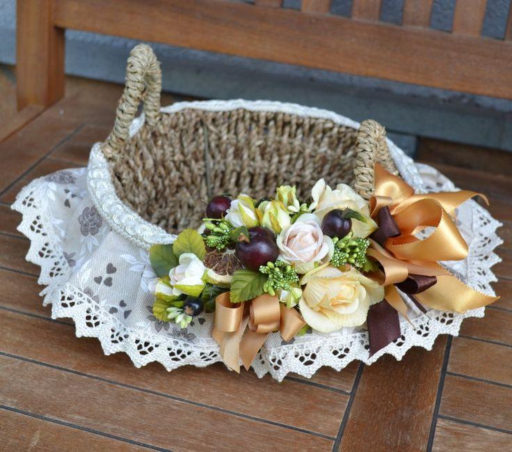 CESTINO - Linea ROSA MARRONE - PatriziaB.com Delicato cestino nei colori rosa e marrone, arricchito da una balza in tessuto bordata con merletto e una armonia di fiori e nastri in tinta