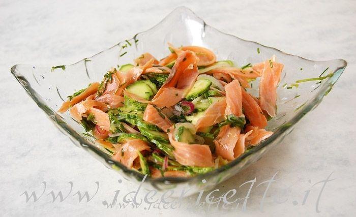 Ricetta Insalata di salmone affumicato e zucchine con cipolla ed erba cipollina