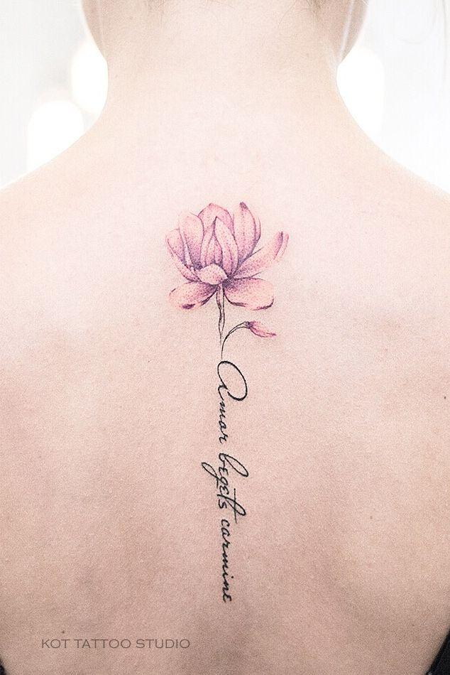 Tattoo Blume auf der Rückseite für Mädchen. Ideen für Frauen Tattoo Schriftzug