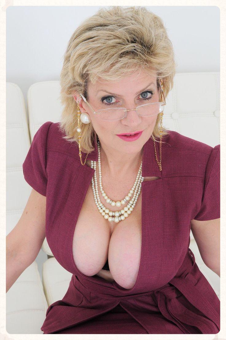 Pin von Andi auf Lady Sonia | Lady, Women und Pearl Necklace