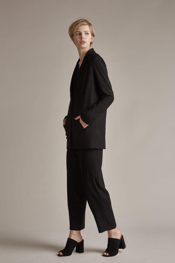 Pantalon à pinces pour femme par Outfit Format. Idéal avec un blazer noir, pour un look détournant les codes du costume masculin.