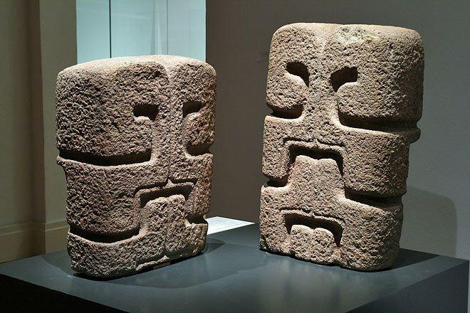 stado de México 350 - 550 d.C. Andesita 71 x 50 x 27 cm y 80 cm de altura (izq.) Instituto Mexiquense de Cultura, Toluca Representación típica del dios Quetzalcóatl, la serpiente emplumada.