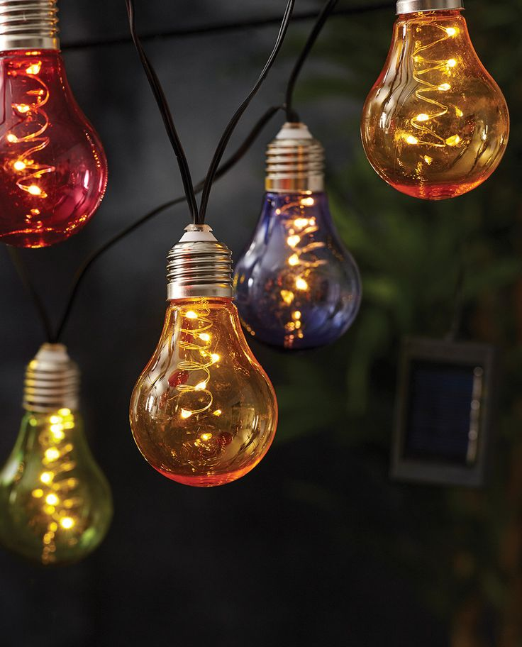 Veldig flott og tidsriktig LED lysslynge fra Star Trading. Glow har sort kabel med 10 røde, gule, grønne og blå lyspærer som ser ut som de populære, dekorative pærene med glødetråd. Slyngen er en sikker vinner til hagefesten!