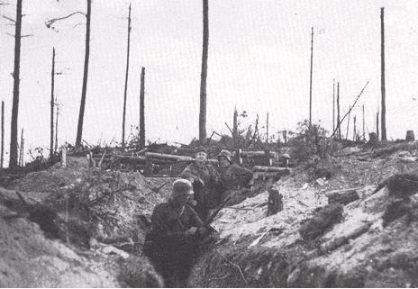 Ihantala, tulenjohtopaikka. Takana luutn. Bror Koskinen ja vänr. Asko Sukula.  Eino Pohjamo: Rauta palaa.  Torjuntataistelut 1.7.-7.7.1944