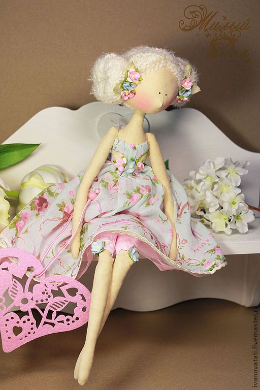 a beautiful doll....perfect pose.....dainty dress. love the ensemble!