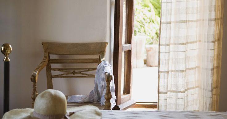 Cómo hacer mis cortinas de plástico. Las cortinas de plástico pueden ser usadas de otras formas además de como cortina de baño. Una cabaña en la montaña o cerca de un lago con tratamientos para ventanas de plástico pueden ser limpiadas rápido con una esponja húmeda. Éstas pueden ser usadas en el garaje para proteger artículos en estantes del polvo o para esconder el desorden. Las ...
