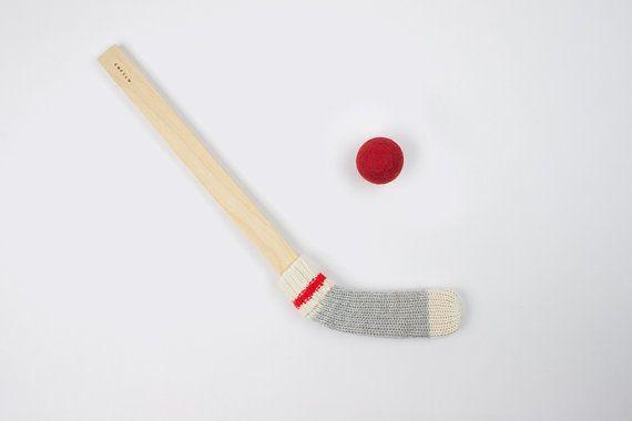 Un bâton de hockey tout en couleurs pour amuser les grands et petits sportifs. Modèle: Bûcheron Inclus: 1 bâton et 1 balle de feutre. La couleur de la balle de feutre est aléatoire et peut différer de celle sur la photo. Matériaux: contreplaqué de merisier russe, laine, feutre, fil de coton et/ou acrylique et/ou lin et cire dabeille comestible. Dimension: 18po Âge: 3+  Fabriqué et tricoté avec soin à Montréal.  --  Pour choisir un mini bâton de hockey dune autre couleur cest par ici…