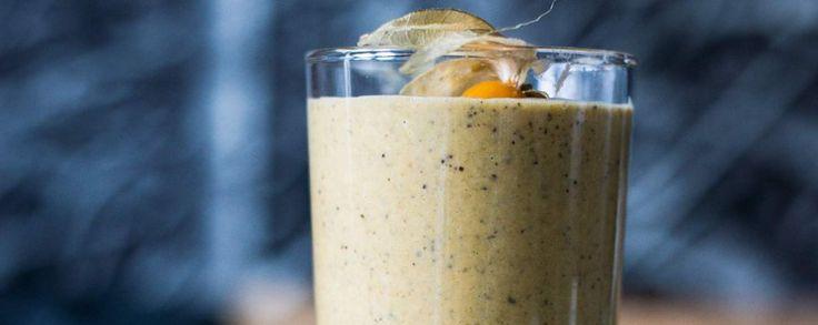 De heerlijke smoothie gevuld in een glas met een physalis bovenop