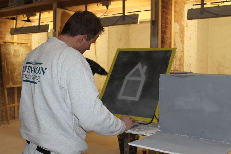 Edwin Johnson is druk bezig met het föhnen van 'zijn huis' om deze daarna te bewerken.