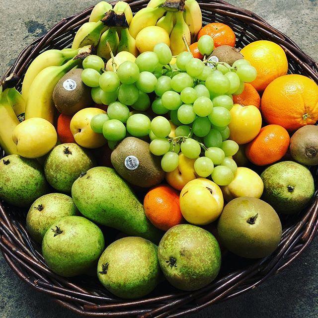 Unser Obstkorb mit gelben Premium Bananen Apfel Braeburn Birne Conference Clementine Orange Kiwi gelbe Pflaumen und grüne kernlose Weintrauben. . . #anappleaday #healthylifestyle #healthy #gesund #gesundessen #regional #lieferservice #büro #obstkorb #fitfood #foodblogger #freshstart #vitamine #instafood #hamburg #obst #gemüse #veggie #obstliebe #ernährung #gesundleben #foodblogger #nurdasbeste #fitness #qualität #fresh #fruitsnack #dailymotivation #gesundundlecker #frischegarantie
