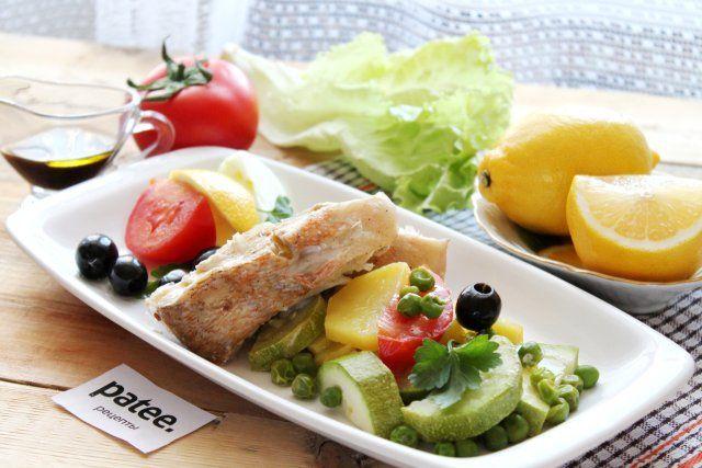 Морской окунь с овощами на пару
