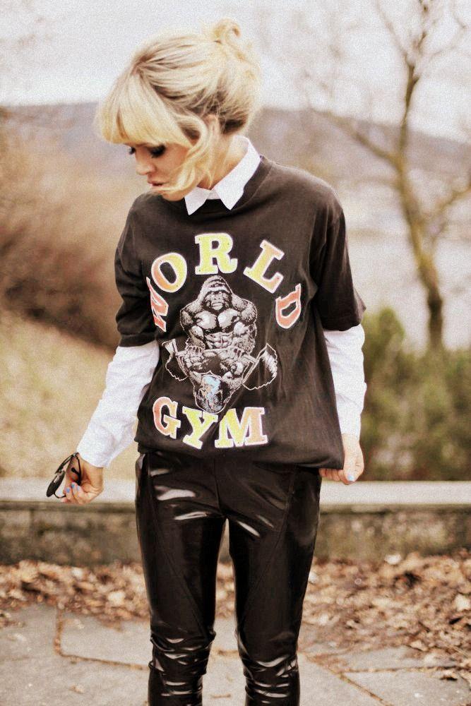 Ulrikke Lund sort t-skjorte glossy bukser