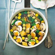 Mehr Gemüse geht kaum: In dieser kalorienarmen Suppe geben sich Karotten, Zucchini, Zuckerschoten und Pilze ein Stelldichein.
