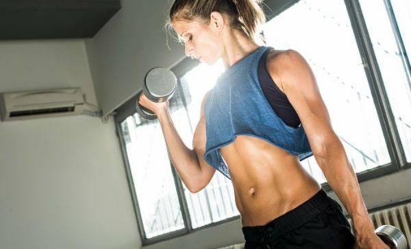 Entrenamiento en casa con mancuernas y ejercicios con peso corporal