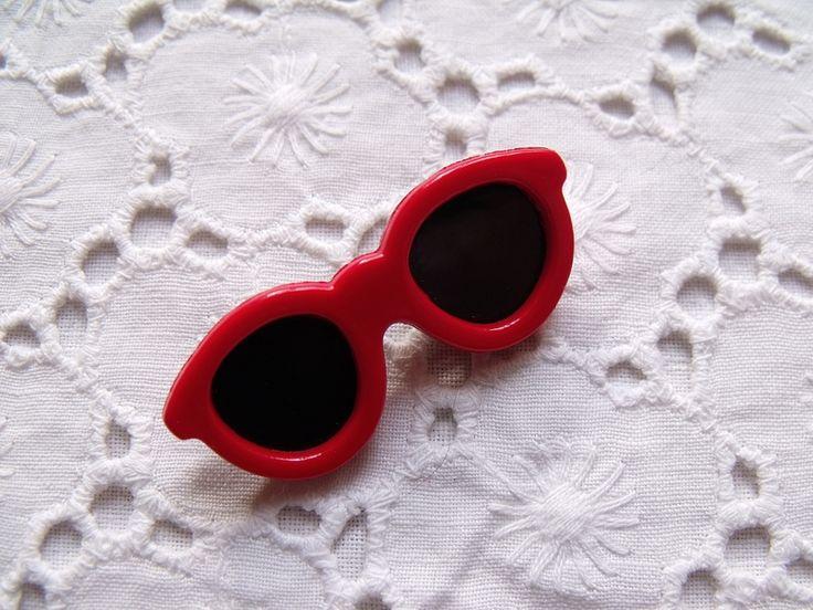 Süße Brosche in Form einer roten Sonnenbrille aus den 80er Jahren.  Made in Taiwan  Sehr guter Vintage-Zustand.