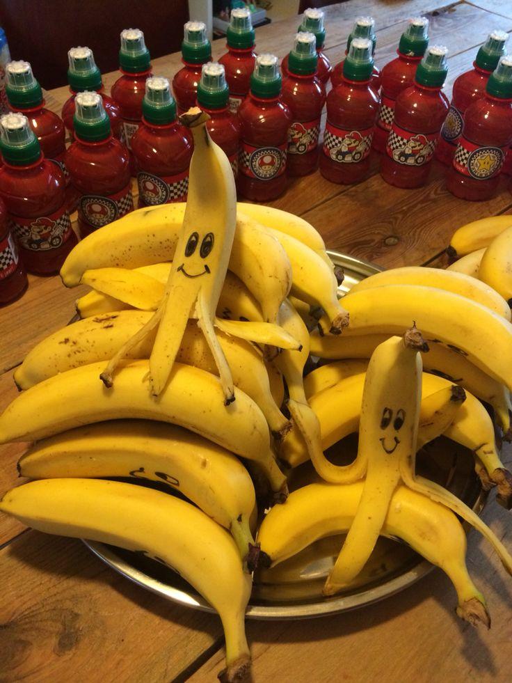 Easy and very effective Mario kart themed school treat: filled banana peels for the racers!  Labels on the bottles in the background are downloaded at: www.halegrafx.com     (Gezonde Mario Kart bananen tractatie! Gevulde bananenschillen voor de echte racer.)
