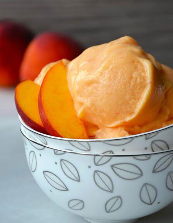 Grâce au sucre de la pêche, on obtient une glace parfaite en mixant des quartiers de fruits congelés avec du yaourt et du jus de citron pendant 5 minutes, sa...