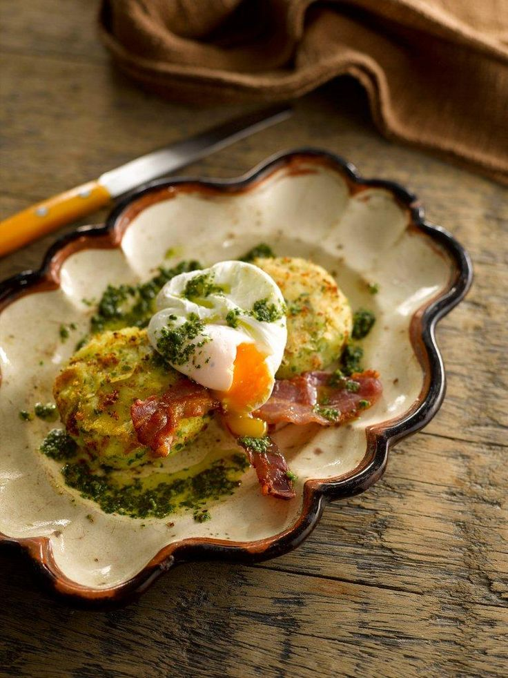This recipe combines potato cakes with poached eggs, grilled bacon and a tasty Mojo sauce to make a really good supper dish.