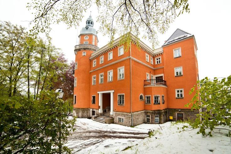 Pałac Paulinum w Jeleniej Górze wzniesiony w (a w zasadzie przebudowany) w 1906 roku przez Oskara Caro według projektu wrocławskiego architekta Karla Grossera. Obecnie funkcjonuje jako hotel.