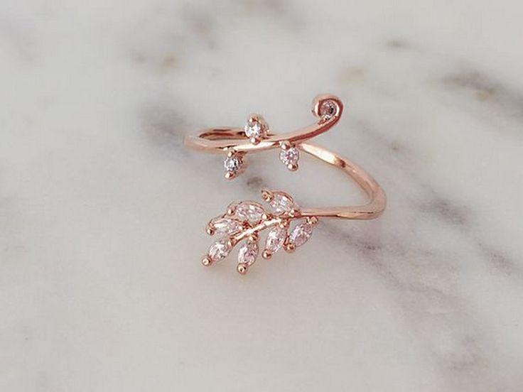 Независно дали сте момче кое во скоро време планира запросување или девојка која сака да се почести со ново парче накит, прстените од розово злато ќе ви го привлечат вниманието... ...