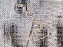 Broderie Hardanger-Les pavés ci-contre sont bâtis avec cinq points lancés par-dessus quatre fils de le toile. On commence souvent un travail par cette étape. Si ce point est brodé autour de l'ouvrage et que l'on veut le découper, on peut aussi commencé par le point contour ou boutonnière.