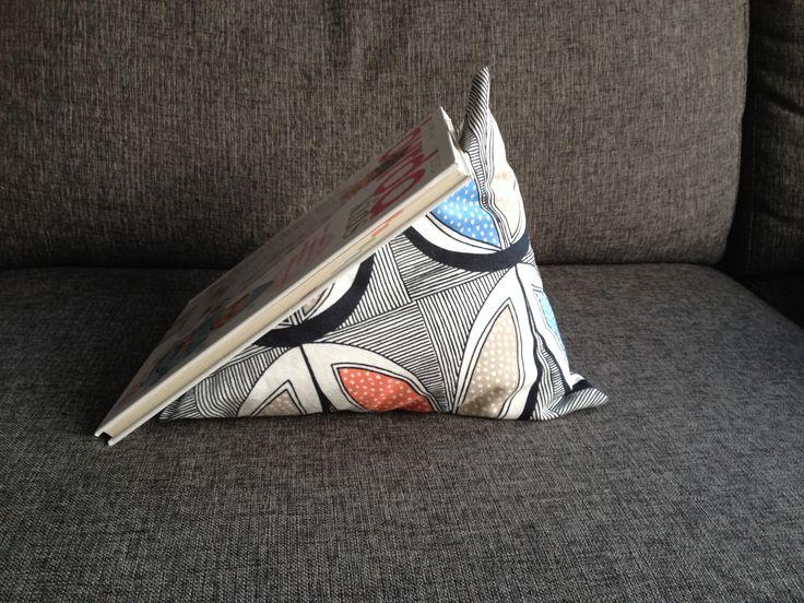 Piramide kussen  Leuke afwijkende vorm, perfect voor een stoere kinderkamer! De piramide kussen kan ook gebruikt worden om een boek of ipad tegen aan te zetten. Zo kan je kindje nog even een boek lezen voor het slapen gaan. Natuurlijk is de piramide kussen ook geschikt voor een kussen gevecht!  Piramide kussen 30 cm hoog. Handgemaakt daardoor leverbaar geheel naar uw wens.   Prijs: € 7,50