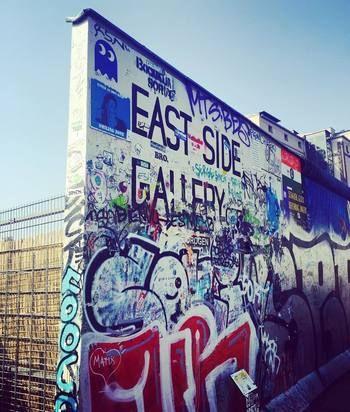 目に飛び込んでくるのは、超ストリート系な「壁」。 世界中のストリートアーティストが描きにきているようです。  壁自体はそこまで高くないので、じっくり観て回ったり、写真を撮るのにぴったりですよ。