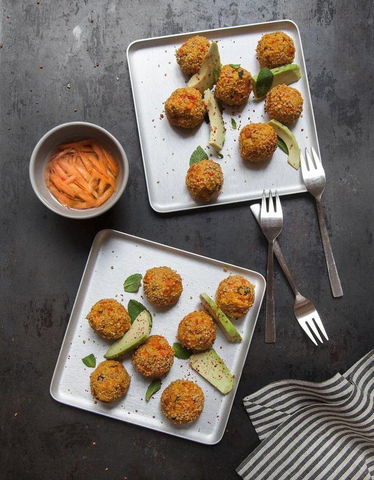 Recette Boulettes carottes-feta-menthe : Préchauffez le four à 200 °C (th. 6-7). Préparez les boulettes. Épluchez, rincez et coupez les carottes en bâtonnets. Arrosez-les de 2 cuil. à soupe d'huile d'olive et enfournez 25 mn sur une plaque de cuisson. Versez la semoule de couscous dans un...