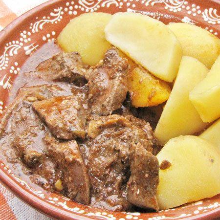 Receptbázis - Vörösboros pirított sertésmáj - 1 kg sertésmáj ,2 fej hagyma ,3 gerezd fokhagyma ,1 nagyobb hámozott paradicsom ,1 db lecsópaprika ,1 dl száraz vörösbor ,1 kiskanál őrölt pirospaprika ,kevés majoránna ,őrölt bors ,só ,1 kanál sertészsír a hagyma dinszteléséhez - hagyma dinszteléséhez,májat kicsit,hagymát apróra,felszeletelt sertésmájat,paradicsomot meghámozzuk,héja könnyen,ilyen módon,serpenyőbe tesszük,ízlés szerint,sorrendet felcserélhetjük,, A májat kicsit előfőzzük, sótlan…