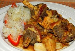 Pokud máte rádi játra, připravte si toto chutné hlavní jídlo. Pikantní játrové špízy se salátem. Autor: Romča