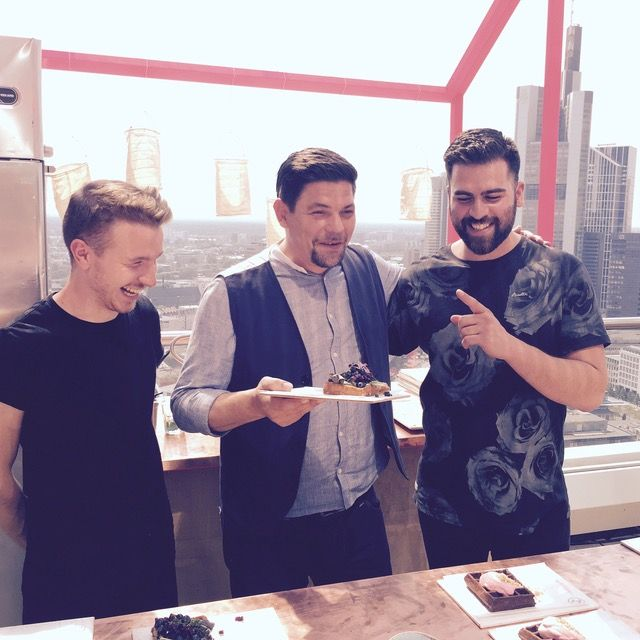 Patrik & Gökhan mit dem großartigen Tim Mälzer bei Pret A Diner 2015 über den Dächern Frankfurts!