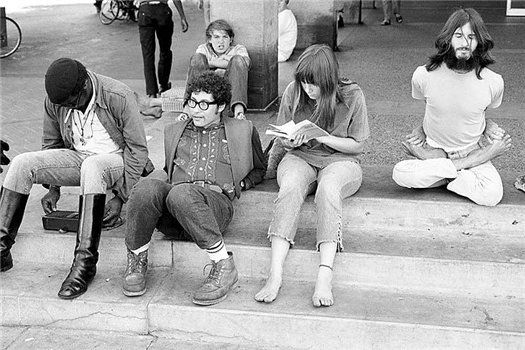 На ступеньках университета Беркли, Калифорния 1968 год  Посмотреть полностью: http://www.spletnik.ru/blogs/pro_zvezd/31012_zhizn_v_fotografiyax_24_maya
